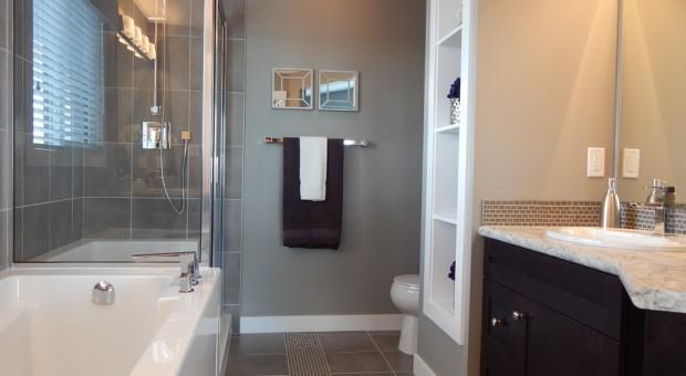 Cambiar la bañera por un plato de ducha, reformar el baño