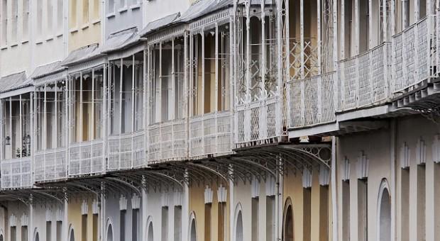 Acristalamiento de terrazas sin perfiles en viviendas for Acristalamiento de terrazas precios
