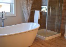 Materiales de suelos para baños modernos