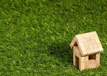 Cuidados y mantenimiento del césped artificial en jardines