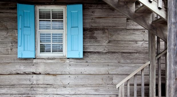 El lacado de madera en muebles, puertas y ventanas