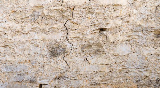 Cómo emplastecer una pared para eliminar los agujeros
