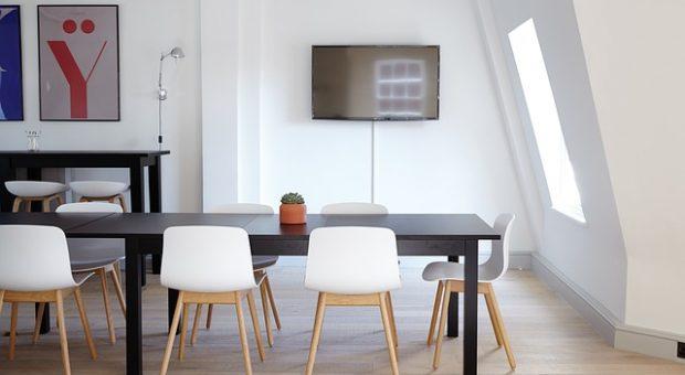 Colgar TV en pared, una tendencia en el salón de muchos hogares